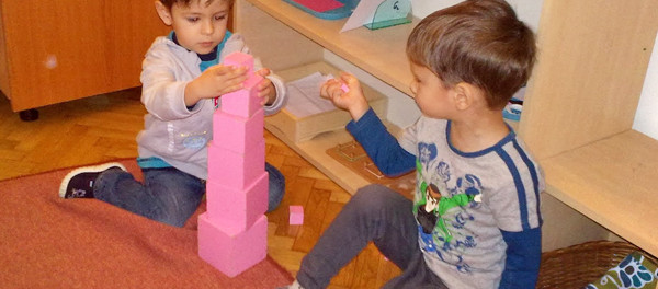 Materiale Montessori: Turnul roz