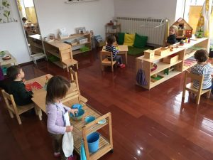 O zi de grădiniță pentru Alexandra: Comunitatea Montessori pentru copiii până în 3 ani